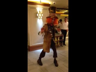 видео шляпник танцует джигу дрыгу